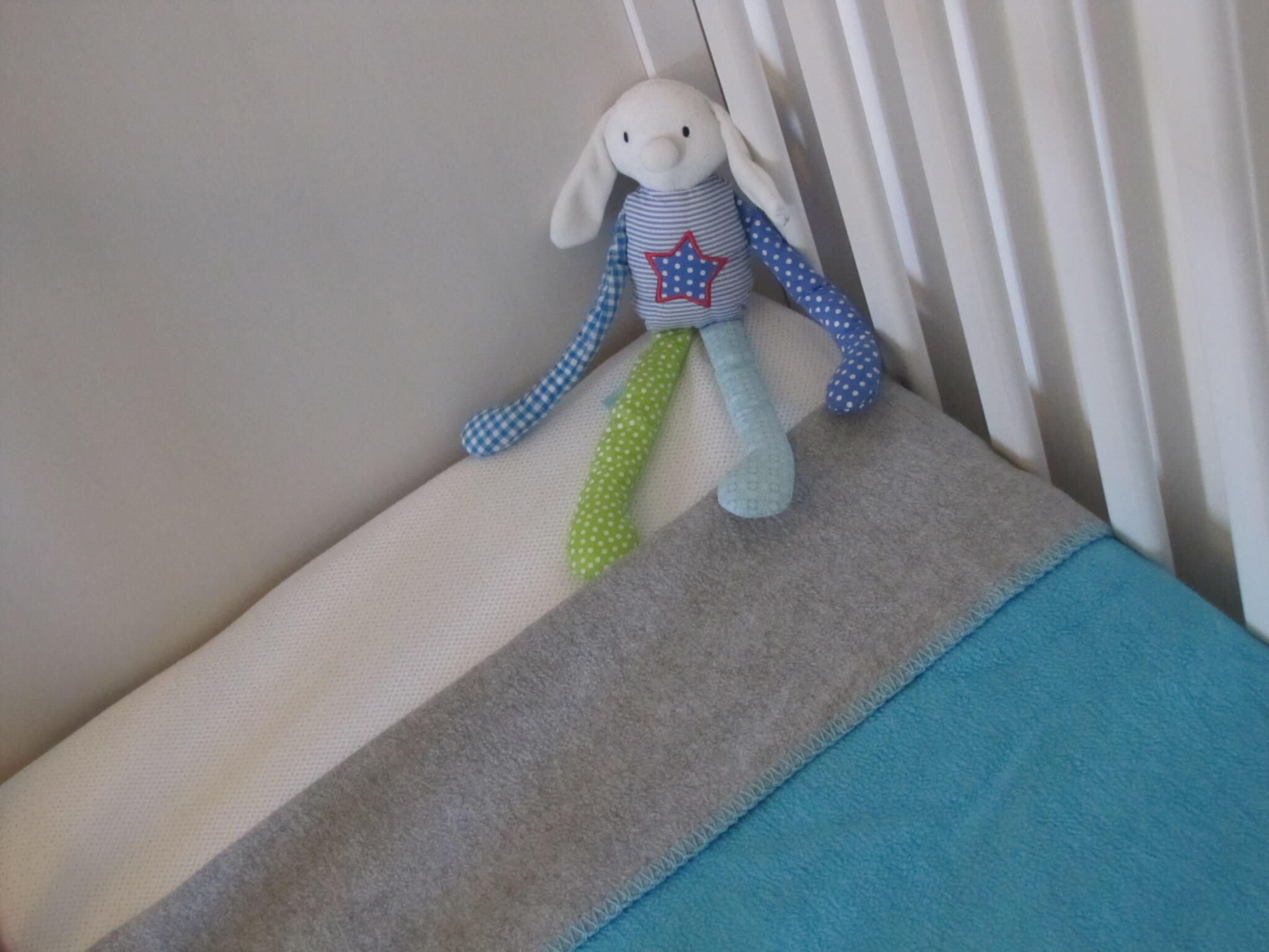 Babykamer en kinderkamer in wit petrol turkoois grijsblauw mint donkergroen en grijs leuk - Wit behang en grijs ...