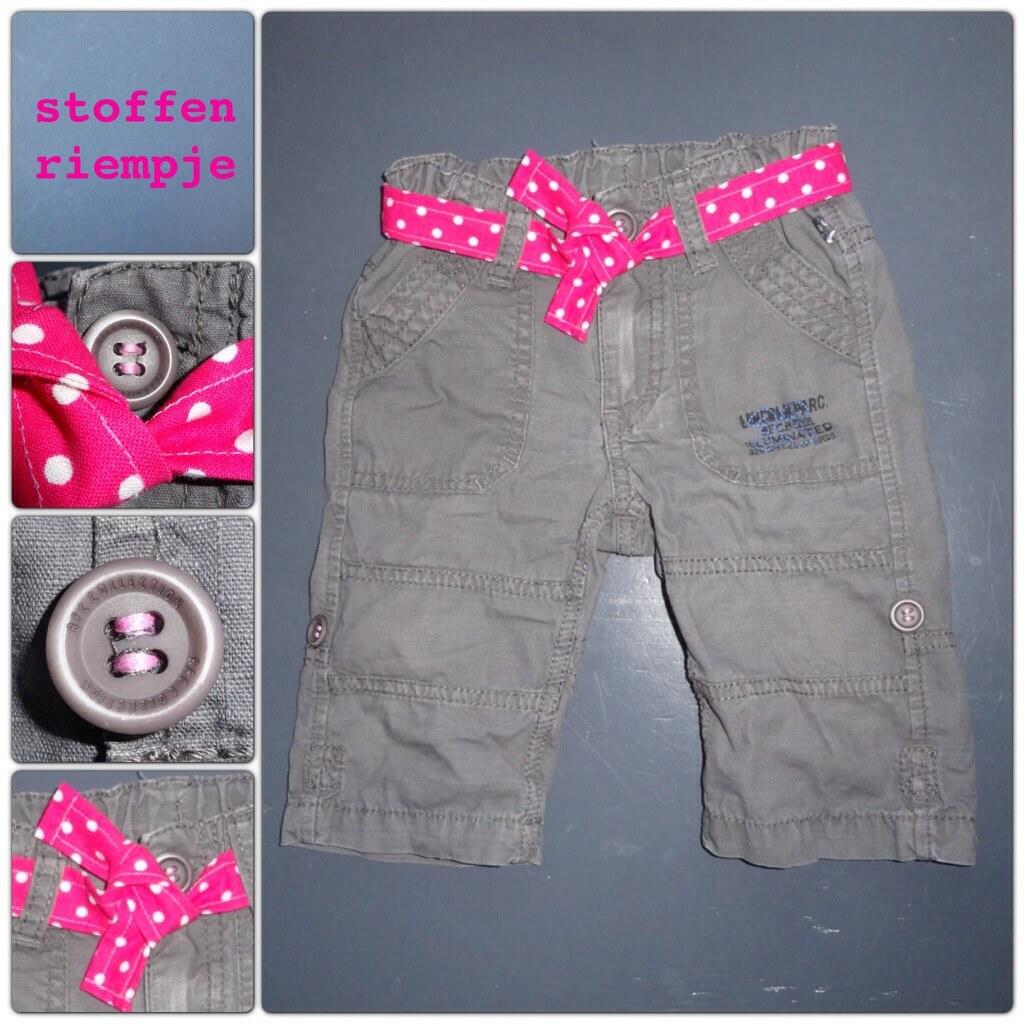 DIY stoffen riempje op een broekje. Van jongenskleding meisjeskleding maken: babykleding en kinderkleding vermaken: roze riempje en knopen