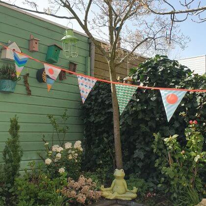 De leukste slingers voor je kind: vlaggetjes voor binnen en buiten. Deze slinger van Engelpunt is van gerecyclede petflessen gemaakt, dus duurzaam. En ook in de tuin te gebruiken.