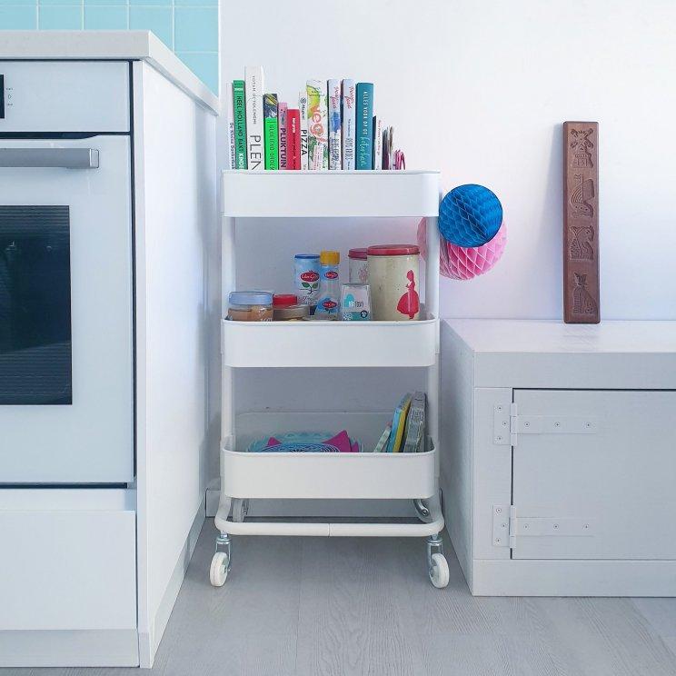 Een van mijn favoriete woonaccessoires: deze trolley van Ikea. We hebben er een aantal in verschillende kleuren, die vinden telkens weer een nieuw plekje in huis. Zo staat er eentje naast de keuken, met kookboeken en broodbeleg er in.
