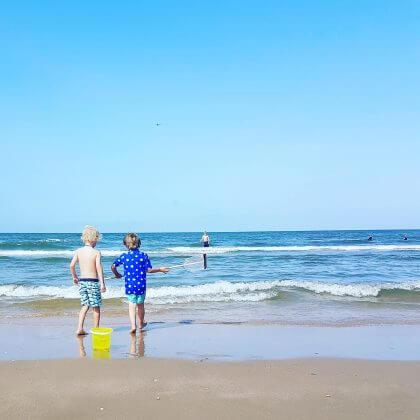 strand in Castricum bij Deining aan zee