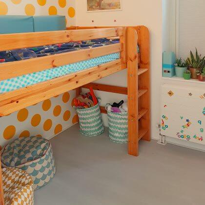 Halfhoogslaper Flexa World semi hoogslaper. Binnenkijker: kleine kinderkamer in geel en blauw, met turkoois, petrol, kobalt, lichtblauw, mint, groen, grijs en wit