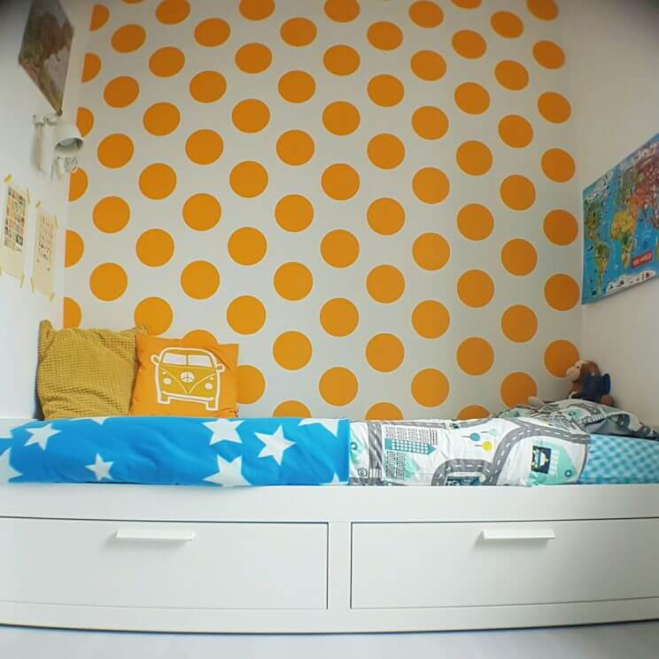 Kleine kinderkamer in geel, turkoois, petrol, kobalt, lichtblauw, mint, groen, grijs en wit. Room Seven behang Dots Yellow. Ikea Brimnes bed Ikea hack.