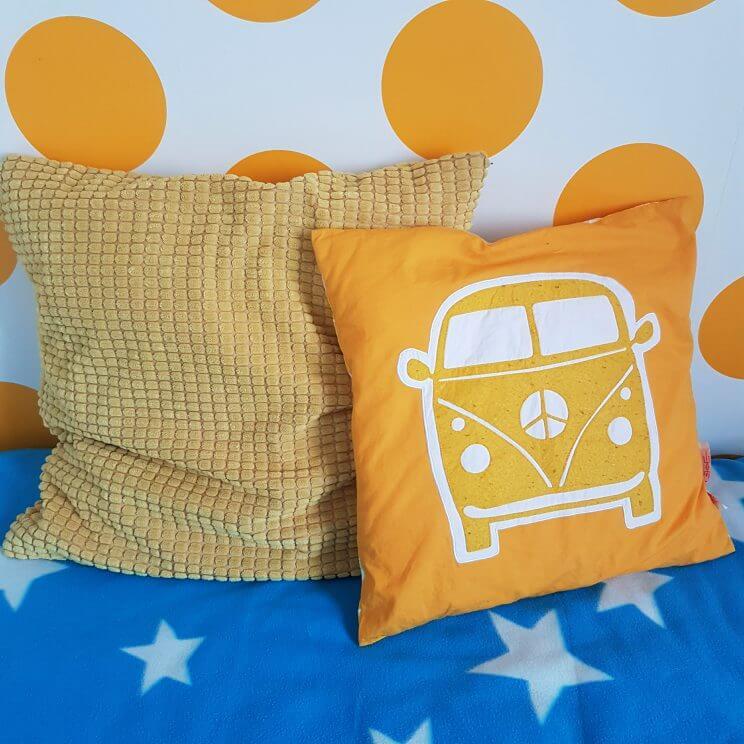 Kleine kinderkamer in geel, turkoois, petrol, kobalt, lichtblauw, mint, groen, grijs en wit. Volkswagen busje Taftan. Kussentje Gullklocka Ikea. Blauwe fleece sprei met witte sterren Ikea Olivtrad.