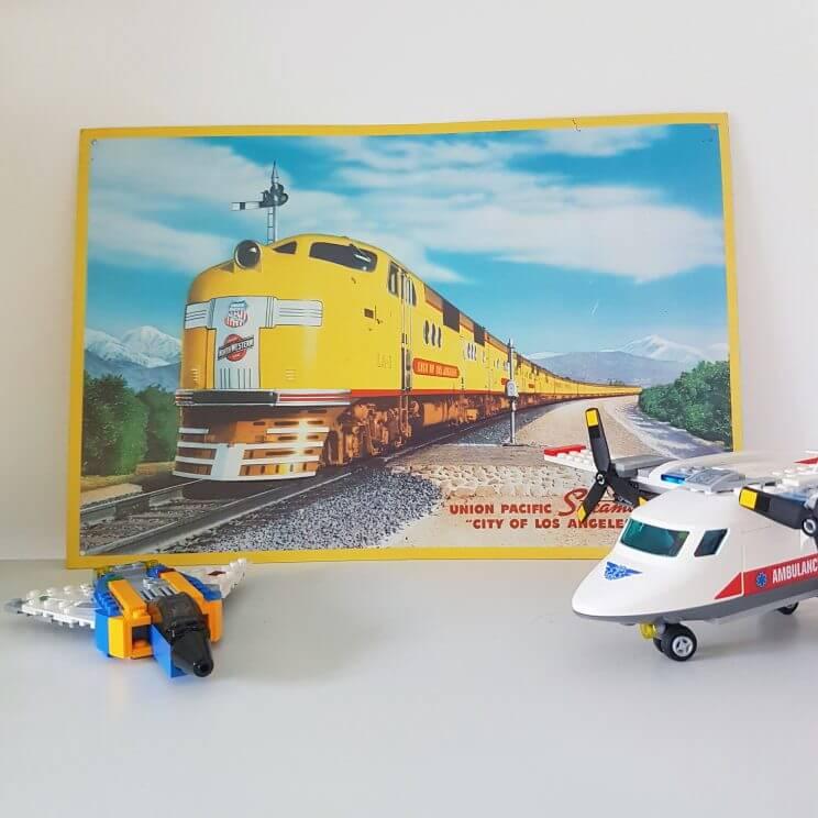 Kinderkamer in geel, turkoois, petrol, kobalt blauw, lichtblauw, mint, groen, grijs en wit. Metalen trein plaat poster