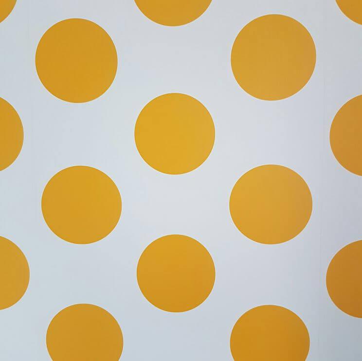 Kleine kinderkamer in geel, turkoois, petrol, kobalt, lichtblauw, mint, groen, grijs en wit. Room Seven behang Dots Yellow