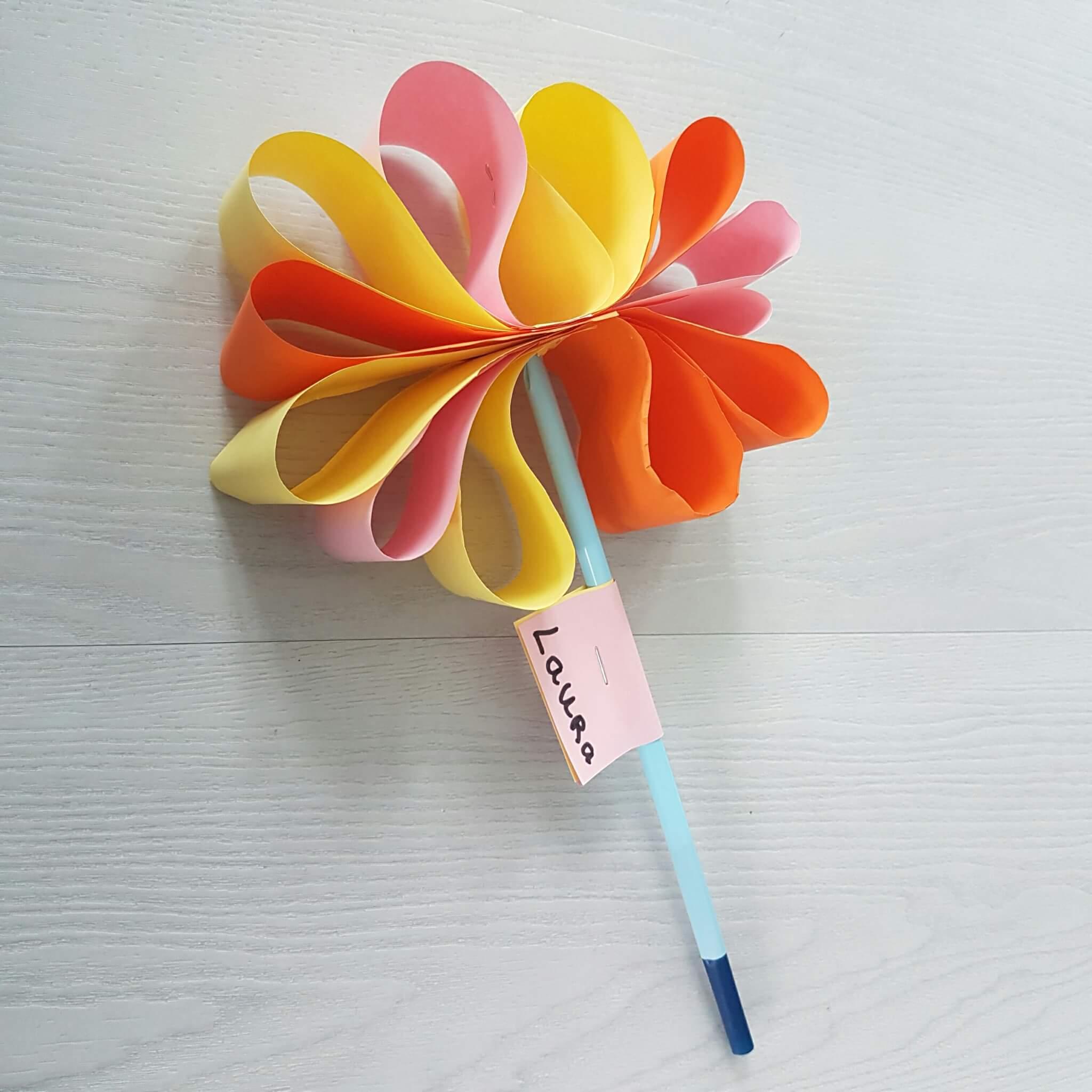 Bloemen knutselen van papier karton rietjes tie wraps juffendag meesterdag vaderdag moederdag