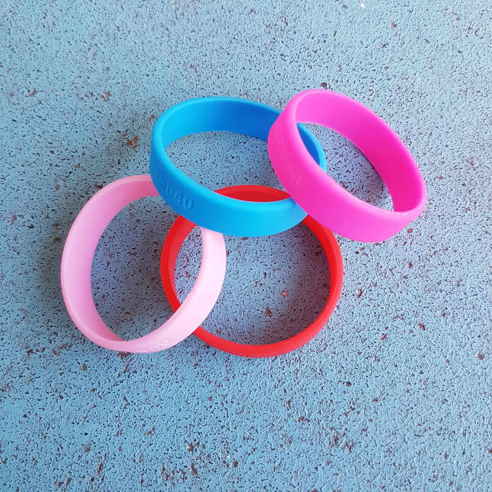Zeer Hippe SOS armbandjes met telefoonnummer of naam – Leuk met kids &NY45