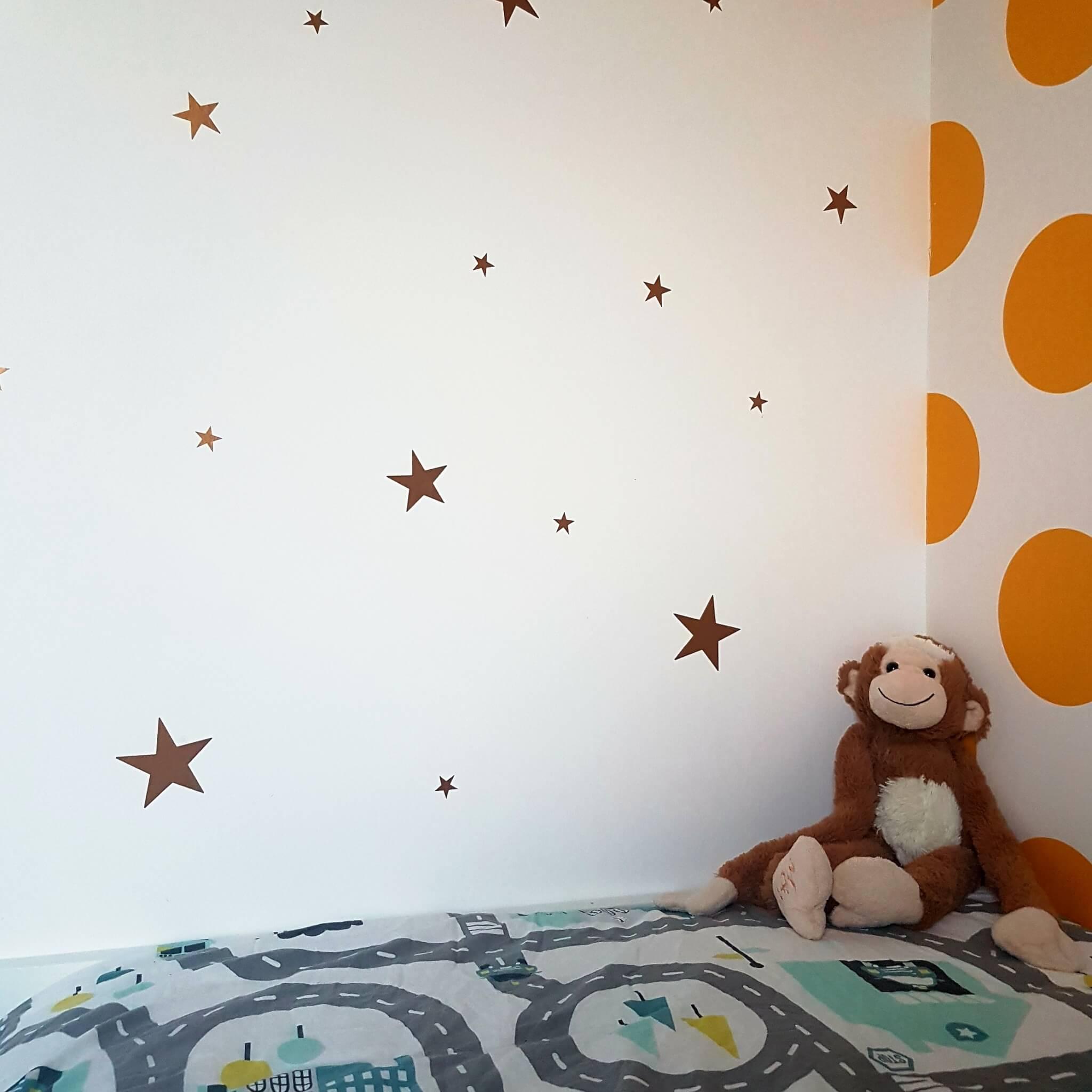 Behang en muurstickers: de leukste keuzes voor de kinderkamer - Ferm living gouden sterren muurstickers koperen sterren