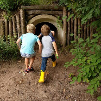 101 leuke uitjes met kinderen in Nederland en België – binnen en buiten. Docus de Das avonturenpad naast restaurant de Boshut en camping Hartje Groen
