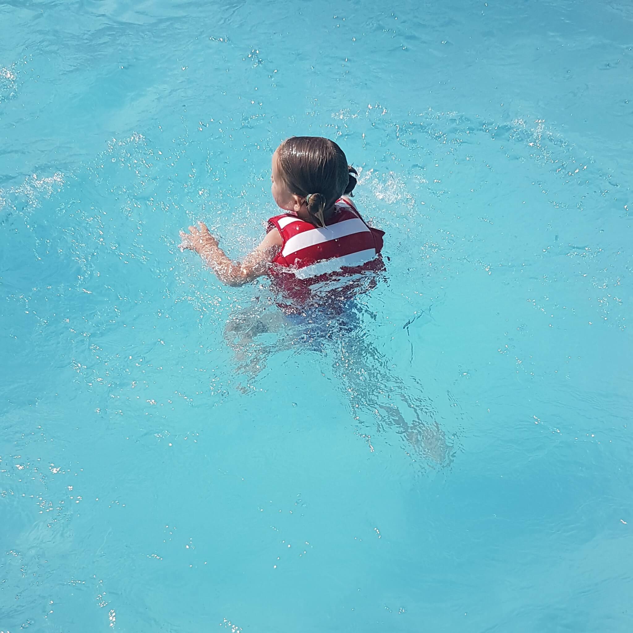 Waarom ik drijfvestjes veel fijner vind om te leren zwemmen dan zwembandjes