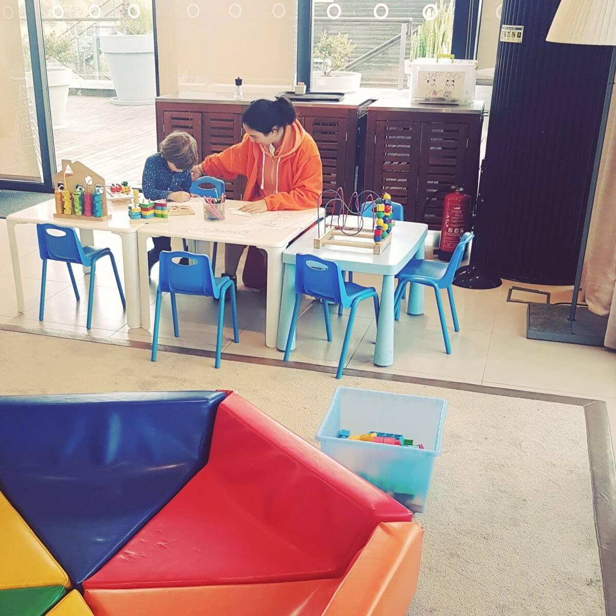 Algarve met kids: idyllisch familieresort Martinhal en met kids naar Sagres - restaurant O Terraco kinderen worden vermaakt
