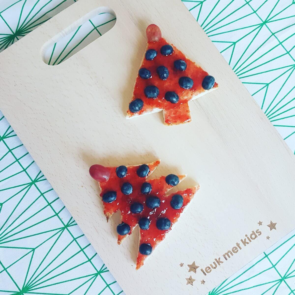 De leukste kindvriendelijke recepten voor kerstdiner en kerstontbijt - op school en thuis - kerstboom gemaakt van brood, jam en fruit
