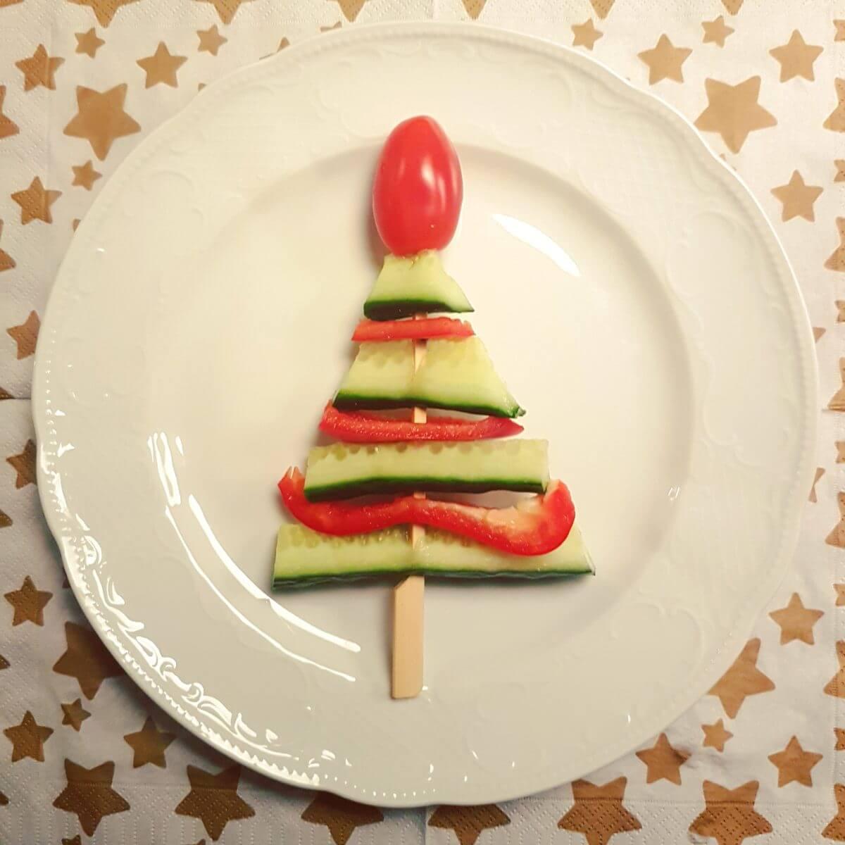 De leukste kindvriendelijke recepten voor kerstdiner en kerstontbijt - op school en thuis - groentenprikker in de vorm van een kerstboom