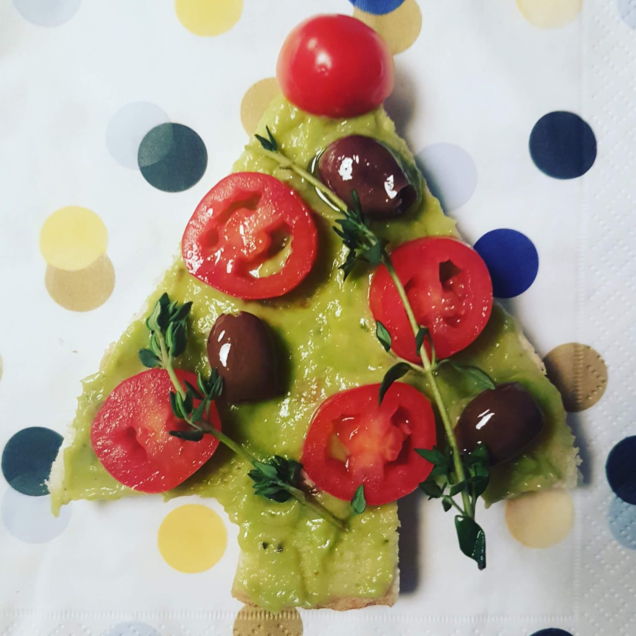 De leukste kindvriendelijke recepten voor kerstdiner en kerstontbijt - op school en thuis - kerstboom gemaakt van brood, guacamole en tomaat