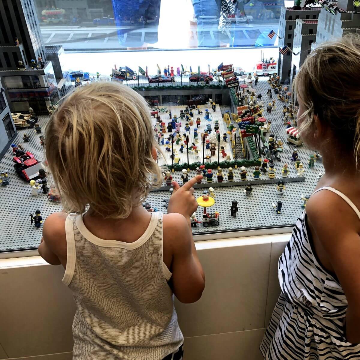 New York City met kids – een stad die tot de verbeelding spreekt! - kinderen in de Big Apple - Lego Store