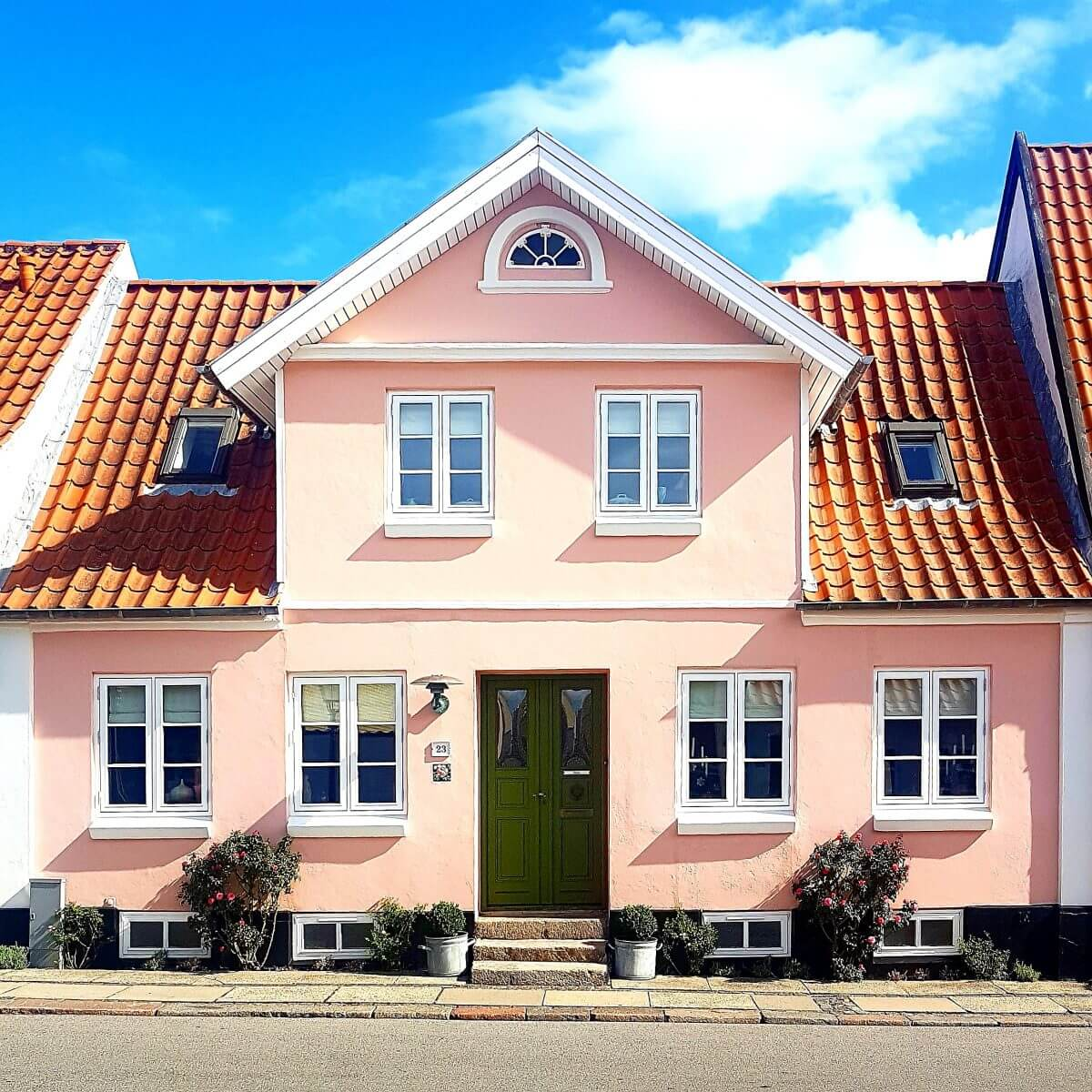 Vakantie met kids: sprookjesachtig Funen in Denemarken - de oude stad Bogense met strand en haven, gekleurde huizen
