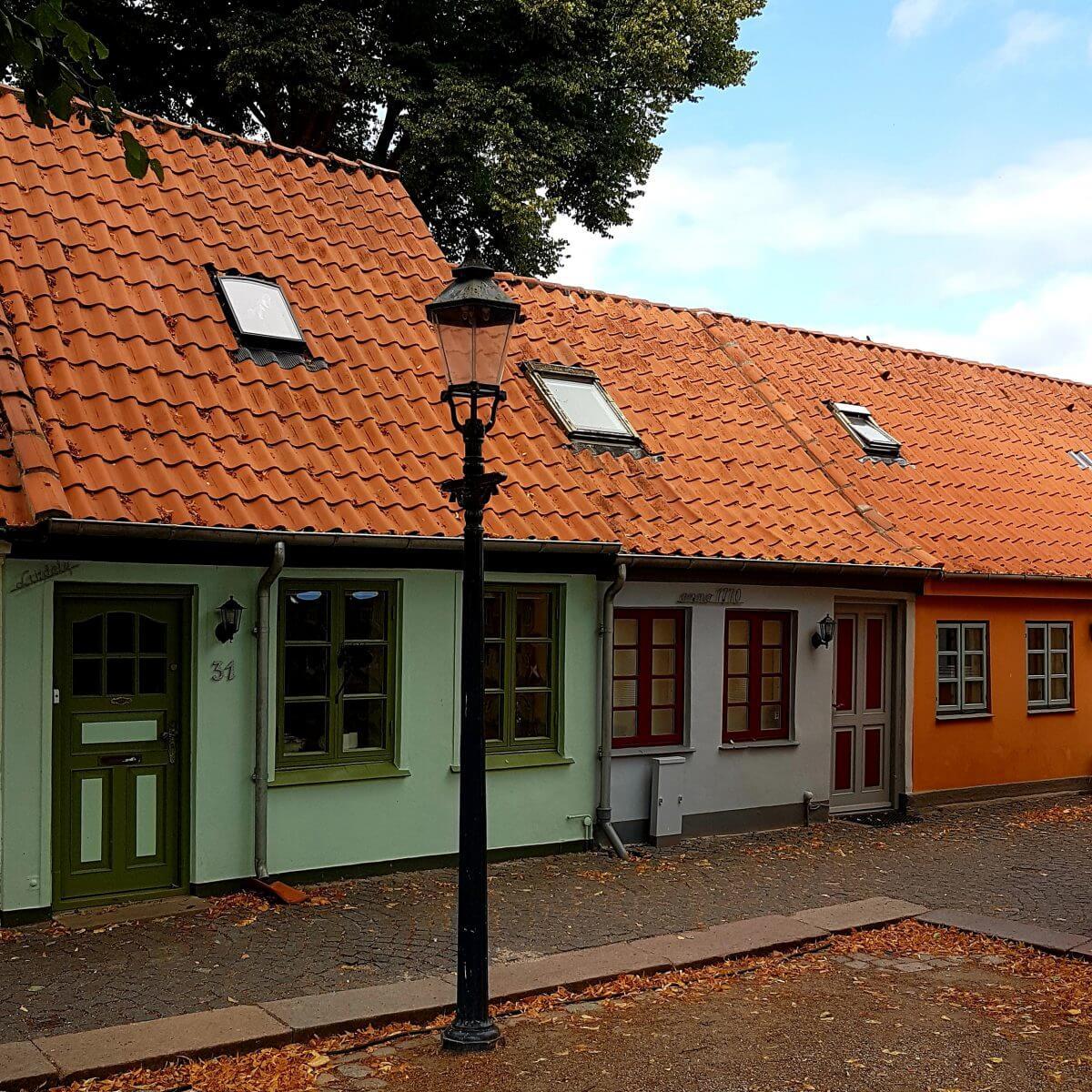 Vakantie met kids: sprookjesachtig Funen in Denemarken - de oude stad Bogense met strand en haven / Sankt Annagade