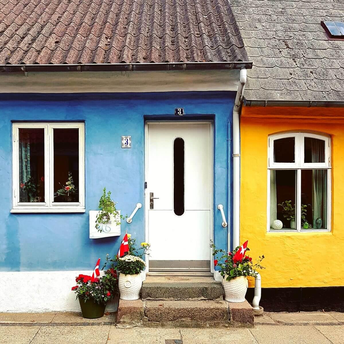 Vakantie met kids: sprookjesachtig Funen in Denemarken - de oude stad Bogense met strand en haven - gekleurde huizen - coloured houses Denmark Bogense