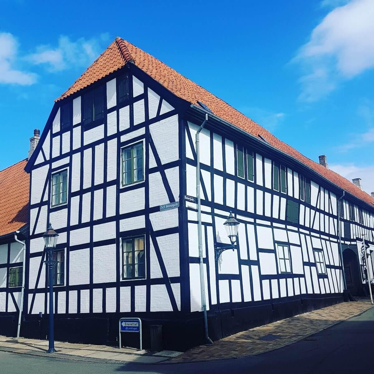 Vakantie met kids: sprookjesachtig Funen in Denemarken - de oude stad Bogense met strand en haven - Oude koopliedenhuis