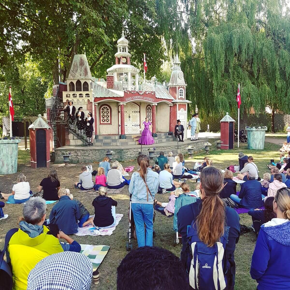 Vakantie met kids: sprookjesachtig Funen in Denemarken - moderne stad Odense met historie van Hans Andersen, theater in de Hans Andersen Garden