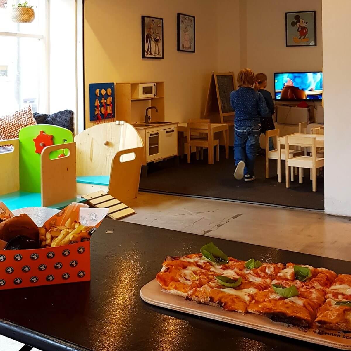 Vakantie met kids: sprookjesachtig Funen in Denemarken - moderne stad Odense met historie van Hans Andersen - Arkaden Food Market restaurant met speelhoek voor kinderen