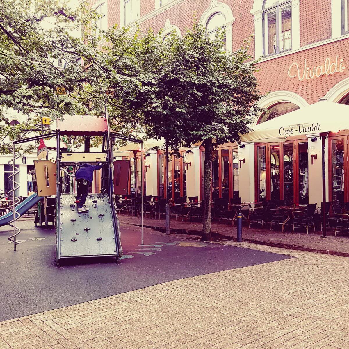 Vakantie met kids: sprookjesachtig Funen in Denemarken - moderne stad Odense met historie van Hans Andersen - Cafe Vivaldi