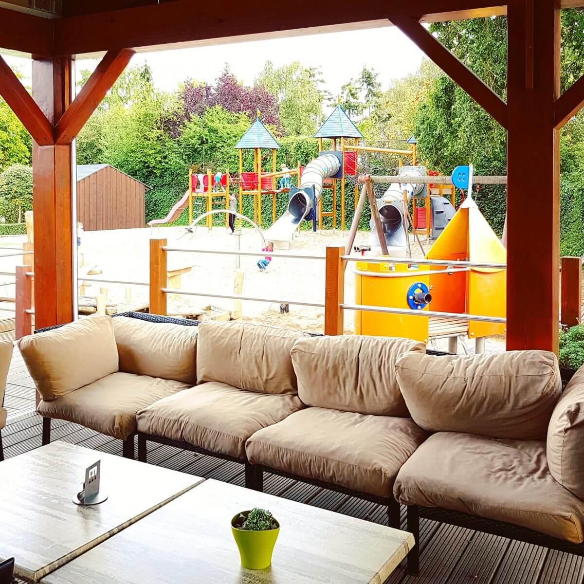 Landal Mont Royal: spelen, zwemmen en wijnproeven met een panoramisch uitzicht - terras restaurant Woods naast speeltuin