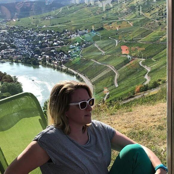 Landal Mont Royal: spelen, zwemmen en wijnproeven met een panoramisch uitzicht - panorama terras restaurant Woods