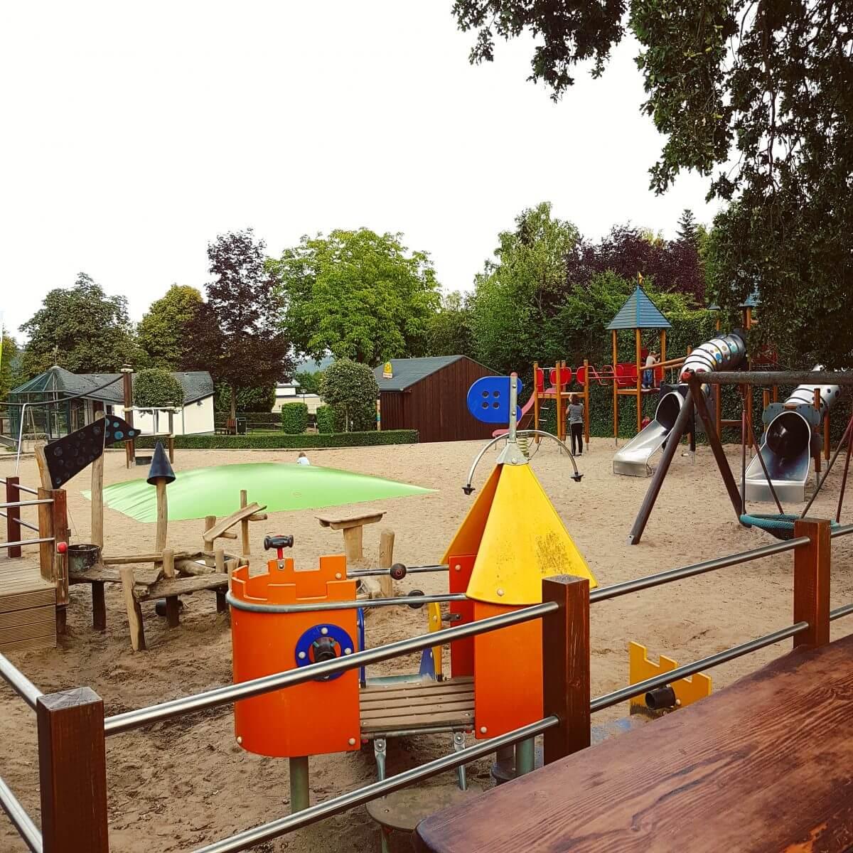 Landal Mont Royal: spelen, zwemmen en wijnproeven met een panoramisch uitzicht - speeltuin bij panorama terras