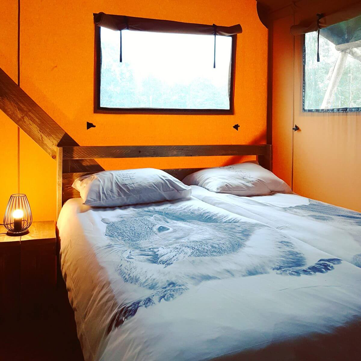 tweepersoons bed in Safaritent op Vakantiepark Dierenbos