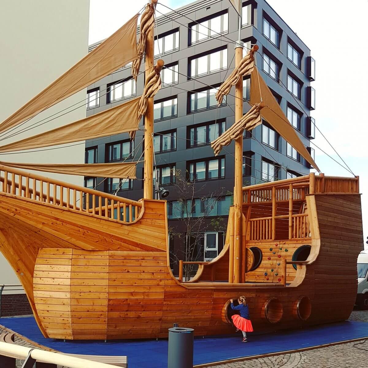 Jufa hotel Hamburg Hafencity, kindvriendelijk hotel met speelschip buitenspeeltuin