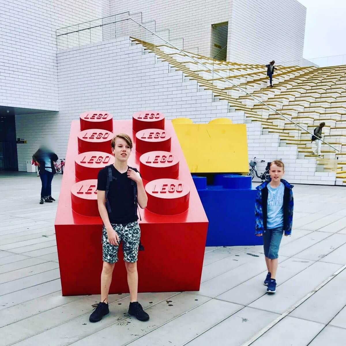 Levensgrote blokken bij LEGO House: vlakbij Legoland in Billund