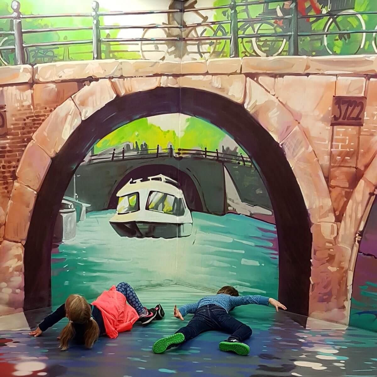 zwemmen in de Amsterdamse grachten in het Museum of Amsterdam Illusions