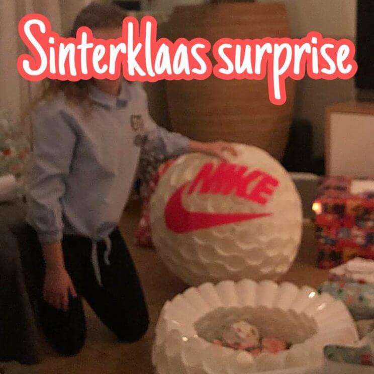 Sinterklaas surprises: een voetbal van Nike