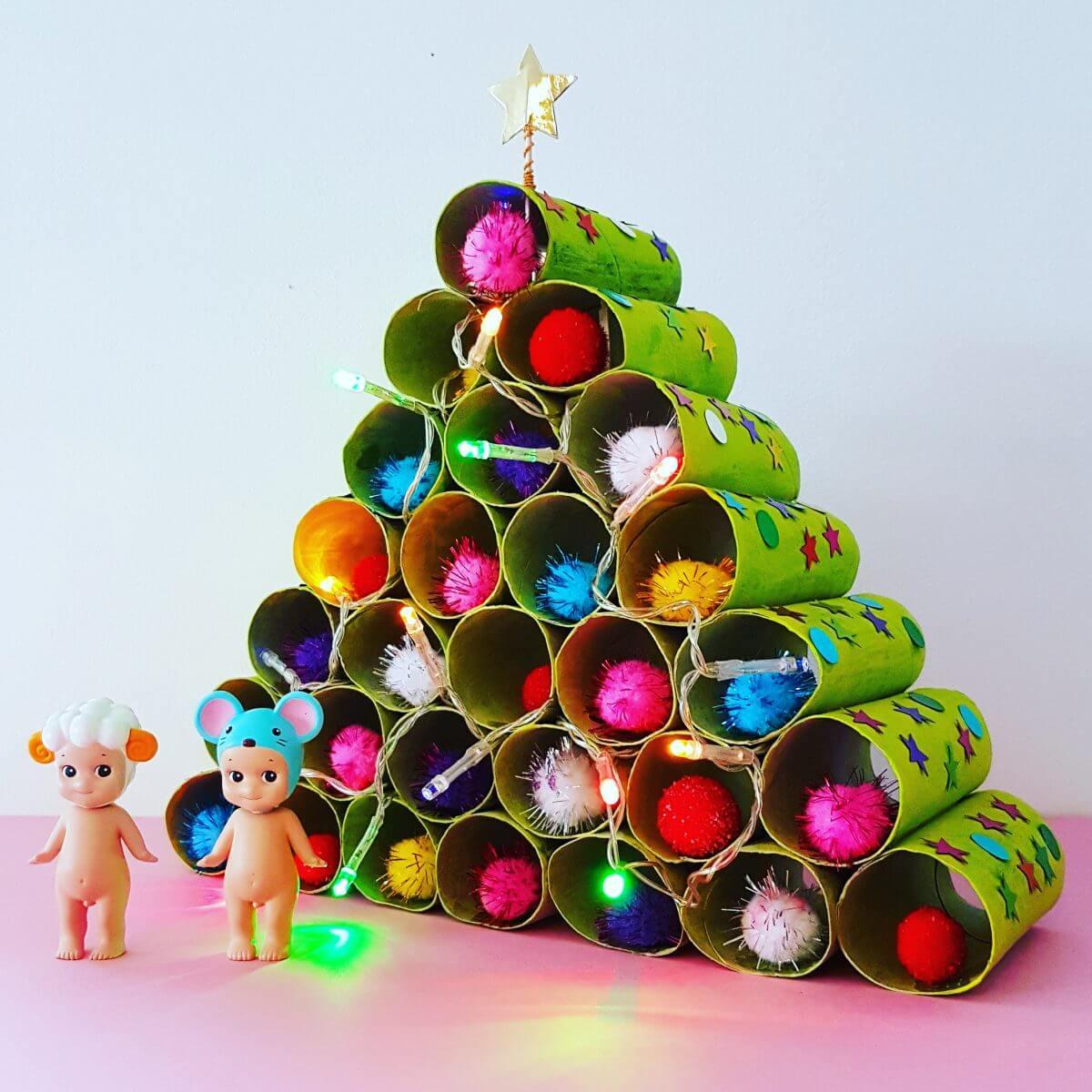 Kerstboom knutselen van wc rollen, compleet met kerstlichtjes en kerstballen