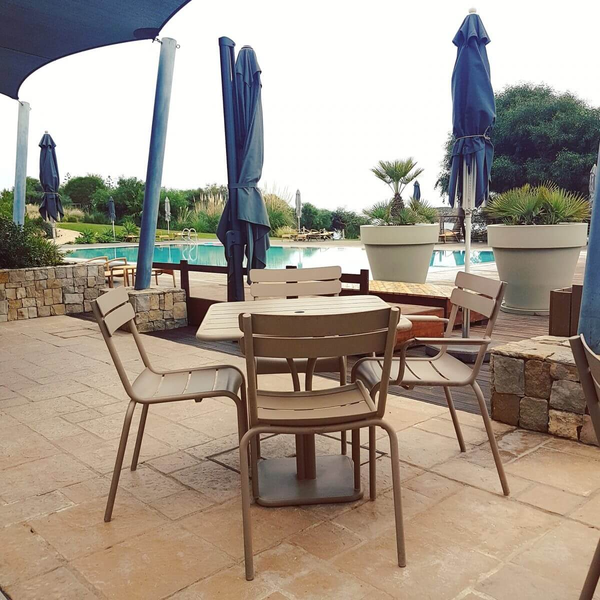 Algarve met kids: idyllisch familieresort Martinhal en met kids naar Sagres - zwembad met terras