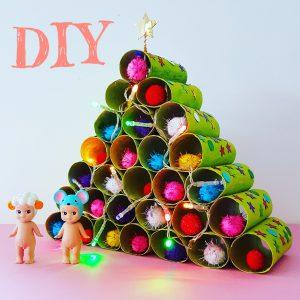 Kerstboom knutselen van wc rollen, met kerstlichtjes en kerstballen