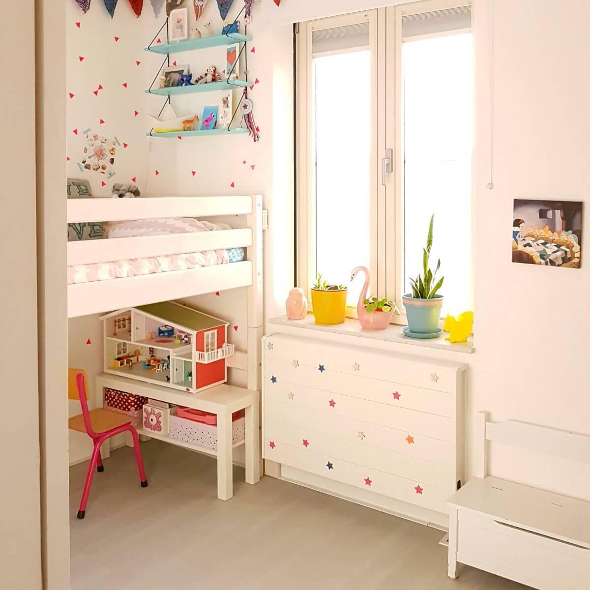 Binnenkijker: kleine witte kinderkamer met roze en geel, half hoogslaper Flexa classic