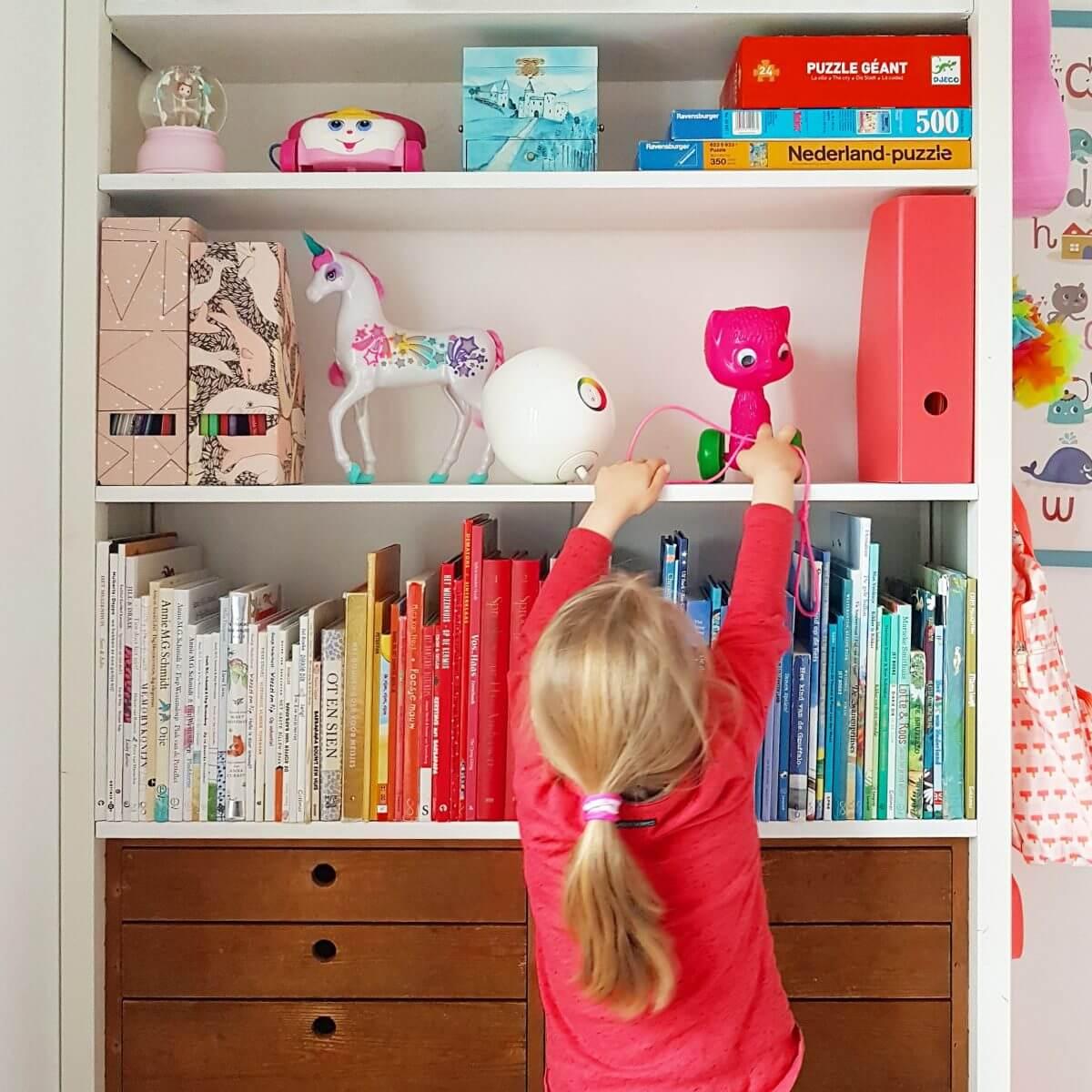 Binnenkijker: kleine witte kinderkamer met roze en geel kast van Lundia
