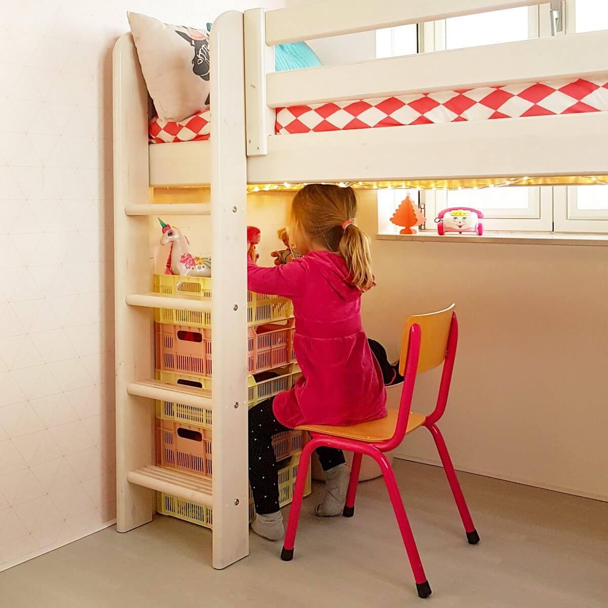 Binnenkijker: kleine witte kinderkamer met roze en geel, half hoogslaper Flexa classic, Hema kratjes