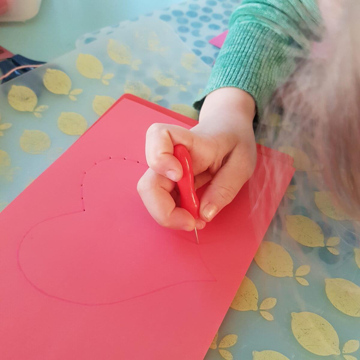 Knutselen voor Valentijnsdag: hartjes van wol borduren op papier