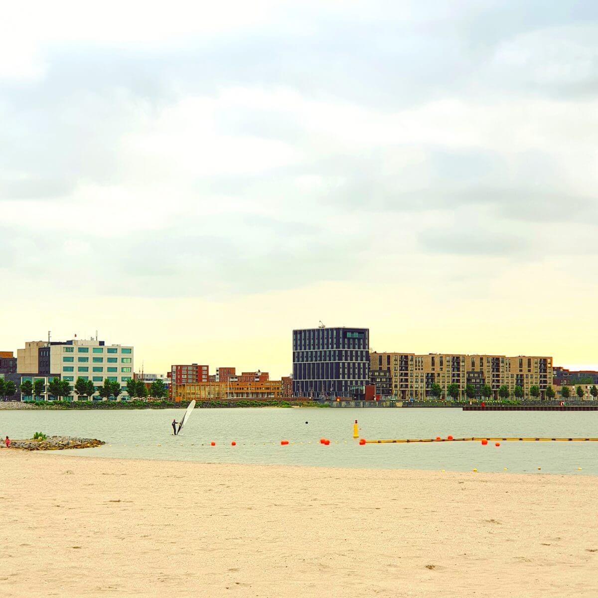 Het nieuwe strand van Amsterdam IJburg, op de rand van Centrumeiland en Strandeiland