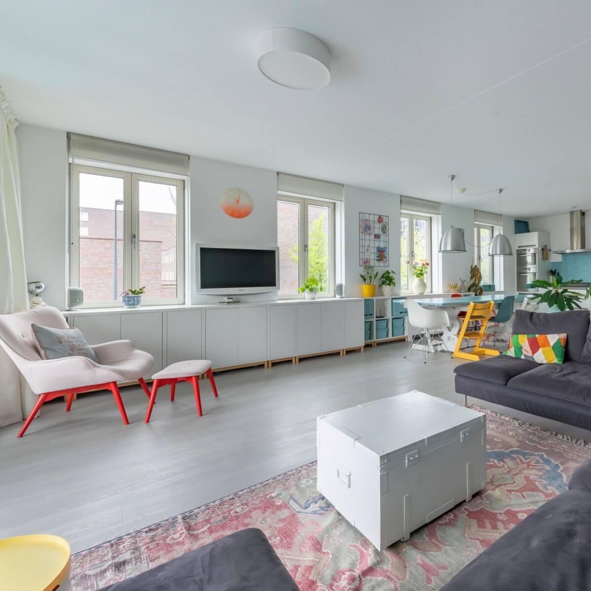 Ikea Hack: Eket verwarmingsombouw en dressoir in kleurrijke woonkamer. Eket heating conversion and sideboard dresser cupboard