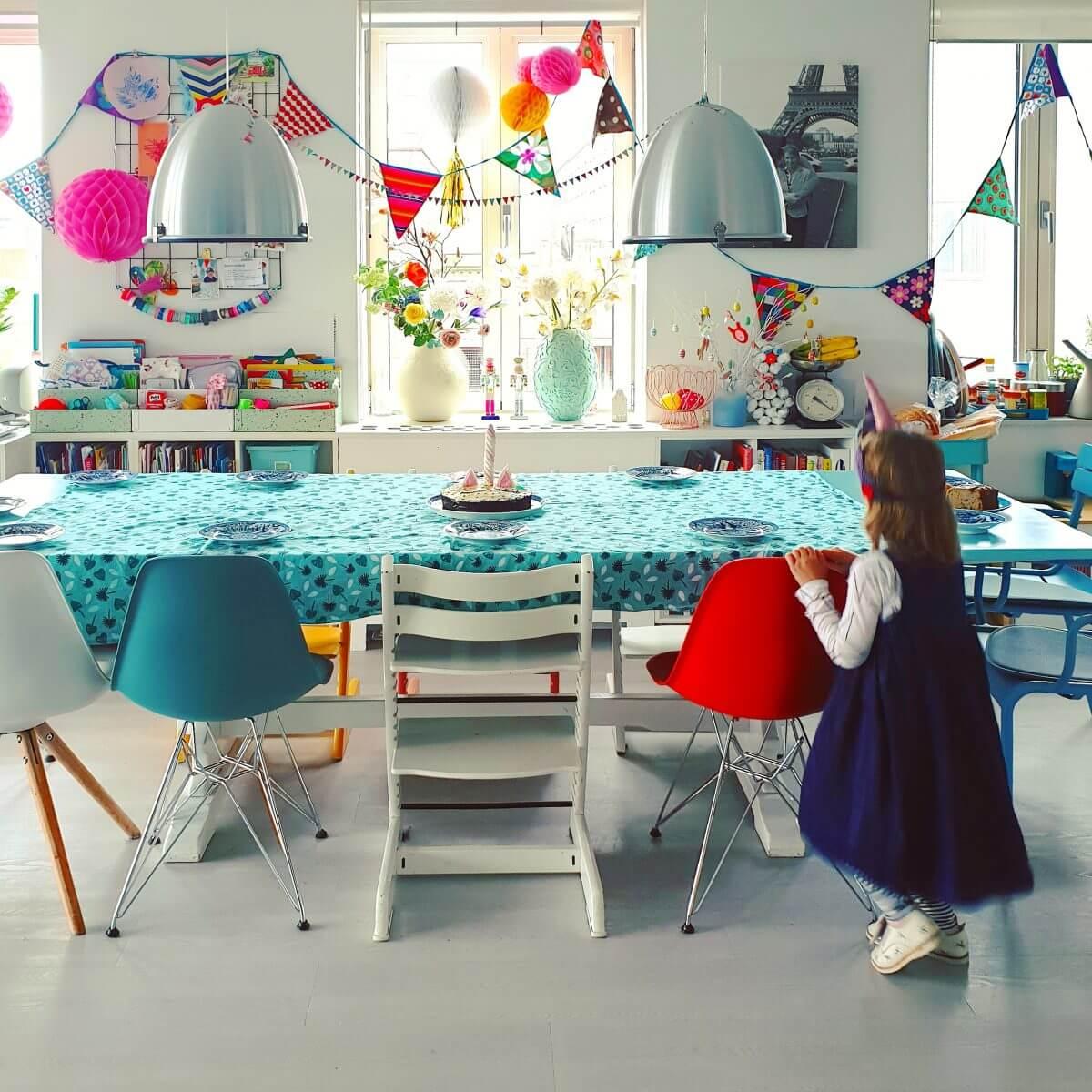 Verjaardagsversiering kleurrijk gezinshuis met kinderen