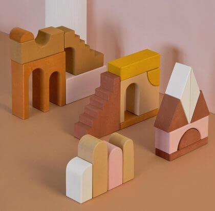 Raduga Grez is een merk voor handgemaakt houten speelgoed met verf op waterbasis.
