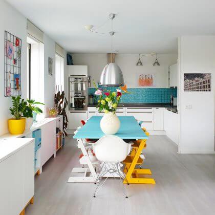 kleurrijk gezinshuis met kinderen