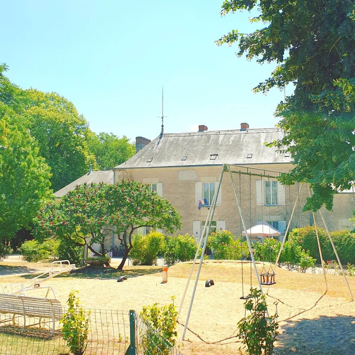 speeltuin bij receptie van kasteelcamping Le Petit Trianon de Saint Ustre in de Vienne in Frankrijk