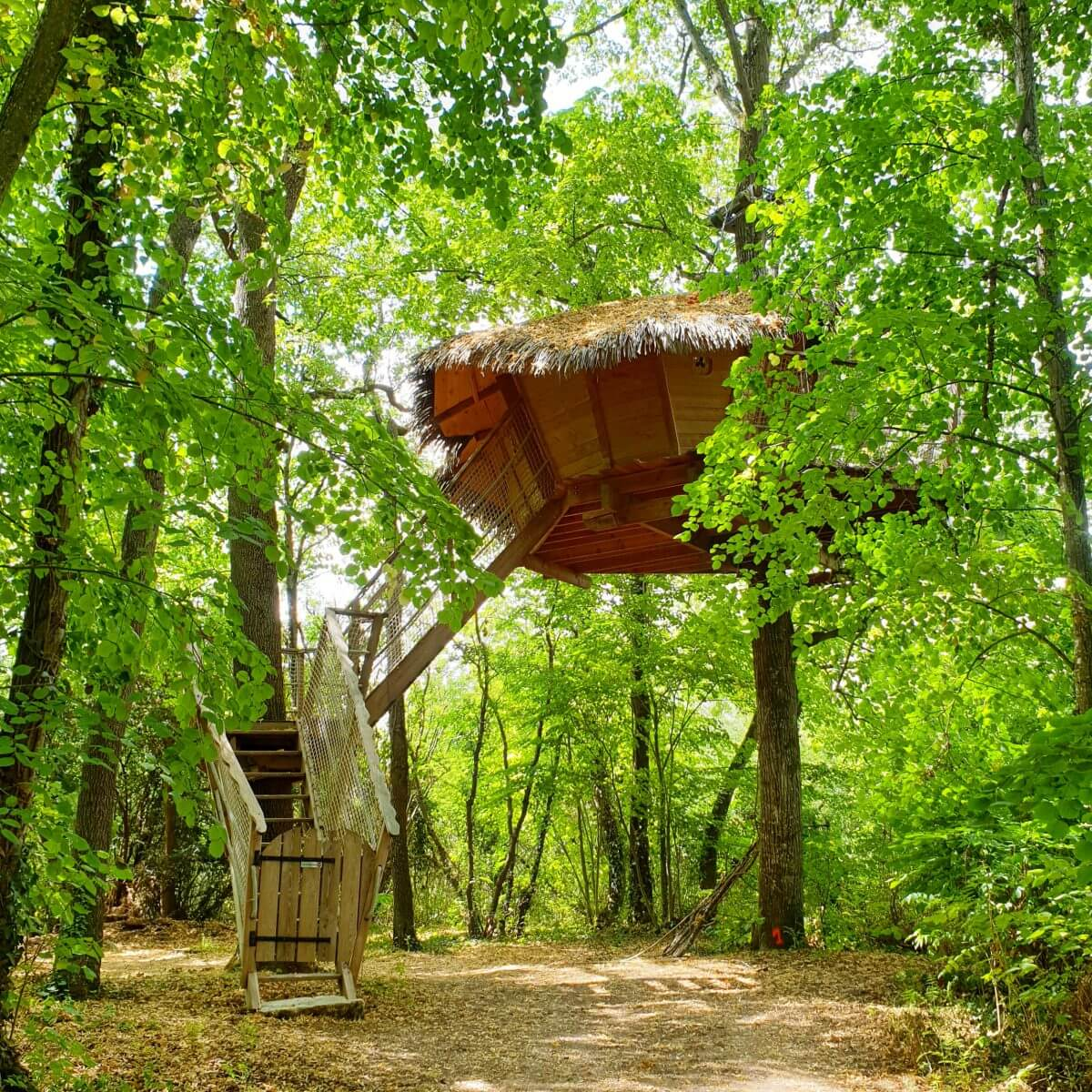boomhut op kasteelcamping Le Petit Trianon in de Vienne in Frankrijk