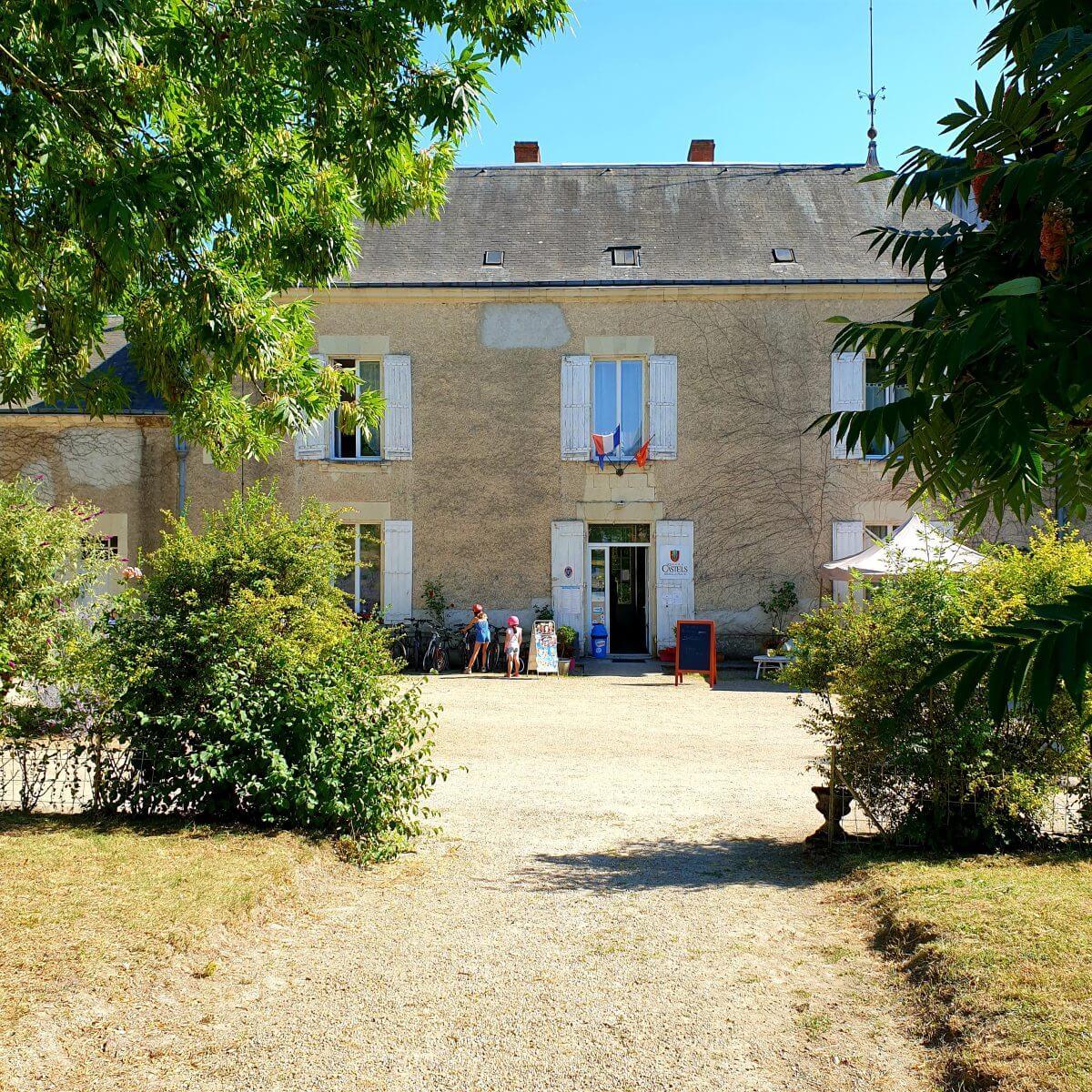 de receptie in het nieuwe kasteel van kasteelcamping e Petit Trianon de Saint Ustre in de Vienne in Frankrijk